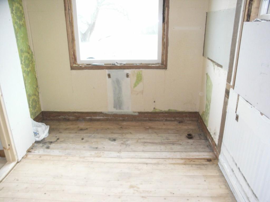 Första steget. Gamla väggen riven. Nytt 3glas fönster på plats.