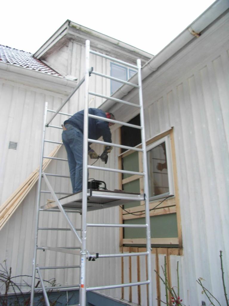 Nytt fönster till badrummet insättes och nytt foder kommer på plats. Snickare Bengtsson syns på bild.